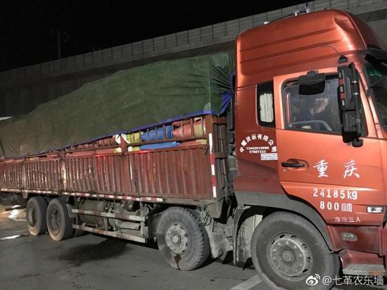 男子约顺风车竟叫来货车 司机:车很宽敞还可以睡觉-雪花新闻