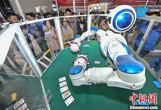 资料图:可以玩扑克牌的双臂机器人 中新社记者 张畅 摄