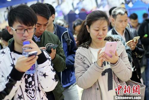 资料图:市民使用手机上网。中新社记者 泱波 摄