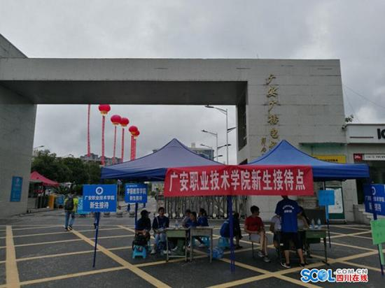 """四川一高校被曝垄断校园通讯 """"校园通""""只认联通卡"""