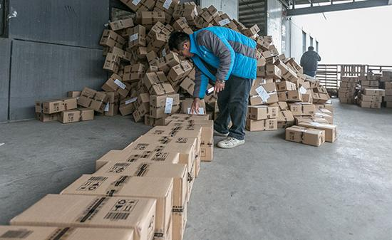 2016年全国快件包装所用的材料,数量惊人。视觉中国资料