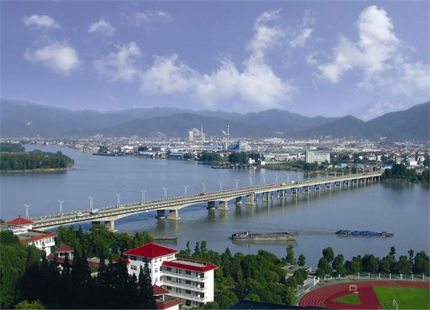 (1992年7月1日通车的桐庐富春江第一大桥)