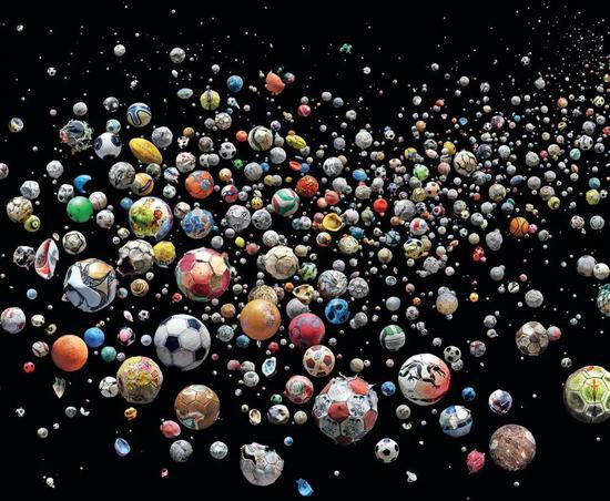 769個海洋垃圾足球,它們由89名志愿者在四個月期間從全球41個國家和島嶼的144個海灘共同收集而來。圖/Mandy Barker