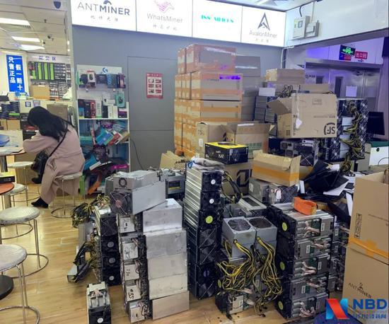 1月11日,赛格市场某矿机商铺门口堆放的二手矿机    图片来源:每经记者刘玲摄
