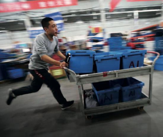 京东华北物流中心仓库的工作人员。图/视觉中国