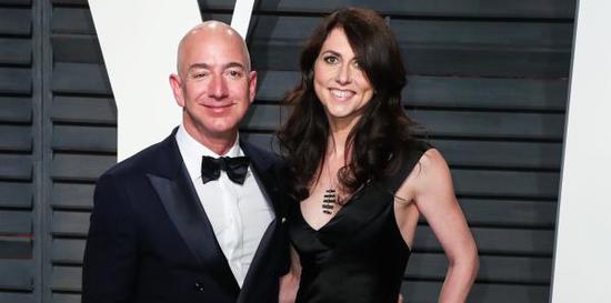 杰夫·贝索斯(Jeff Bezos)与妻子麦肯齐(MacKenzie Bezos) 视觉中国 资料