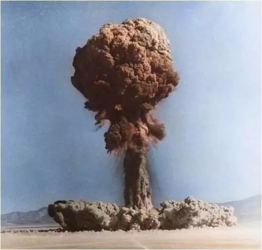 1957年在地面上进走的核炸弹实验。图片来源:Omikron/Science Source