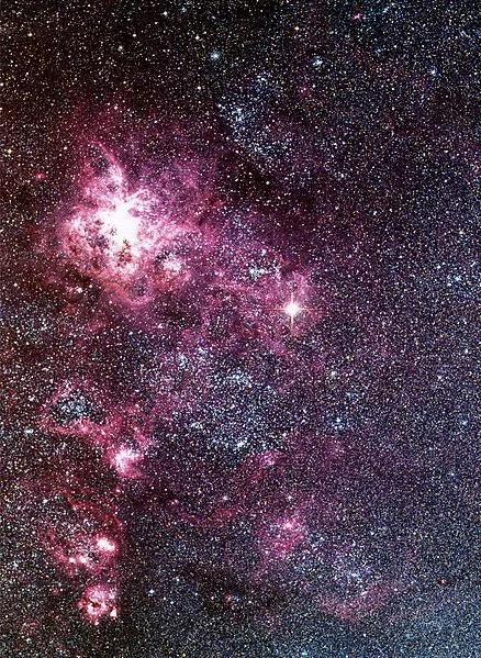 图:欧洲南方天文台的看远镜拍摄的超新星SN 1987A以及大麦哲伦云星系。图中中间偏右的清明的星就是超新星SN 1987A。来源:ESO