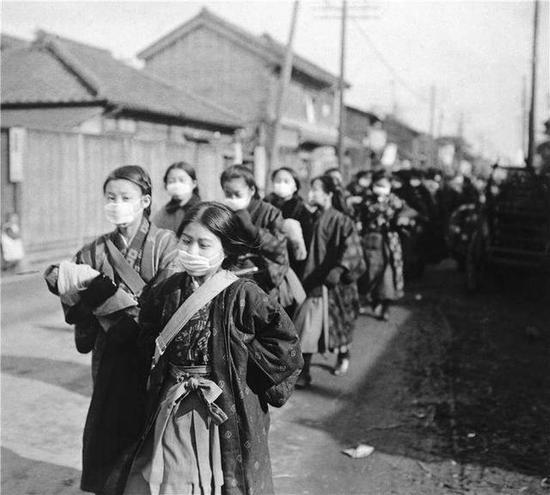 1920年西班牙流感传播到日本,日本女学生戴着口罩以防流感暴发