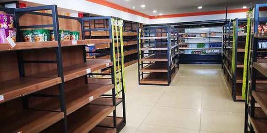 2018年12月18日,东莞金立工业园内超市的货架几乎全空了。图片来源:每经记者 宗旭 摄