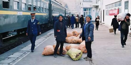 乘坐绿皮火车做买卖的凉山人