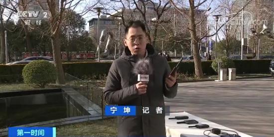 央视财经记者 宁坤:我手中这部手机就是一款天通卫星电话,完全由我国自主设计研发。在野外等环境下,卫星电话可以派上很大用场。