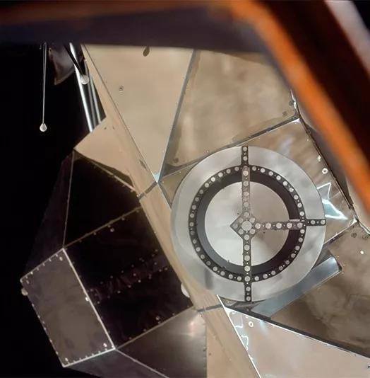 图4 阿波罗11号登月舱段,可见其外表十分润滑。(图来历NASA)