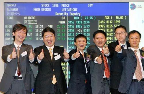 2007年11月,阿里在香港交易所上市,马云在台上欢呼。
