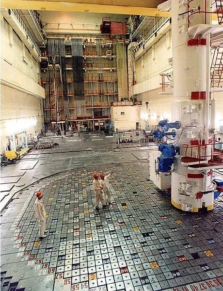 ▲地面上是反应堆的端盖,端盖上的柱体就是插入的控制棒