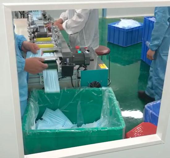 工厂在加紧调试口罩生产线。