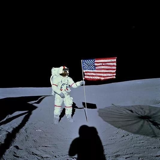 阿波罗14号使命履行过程中。图中的美国国旗旗杆规划为L形,旨在使其在真空中也能彻底舒展。红圈选中的部分还能看到旗杆横梁显露的细节。(图来历NASA)
