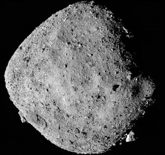 幼走星贝努的这张照片图像由冥王号探测器于2018年12月2日在距离幼走星外观24公里的地方拍摄的12张照片拼接而成。图源:NASA官网