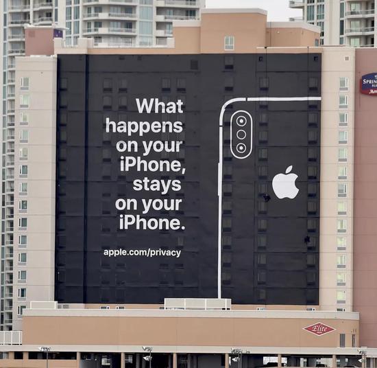 �D注:Apple公司的�V告牌在2019年���H消�M�子展上若�[若�F。