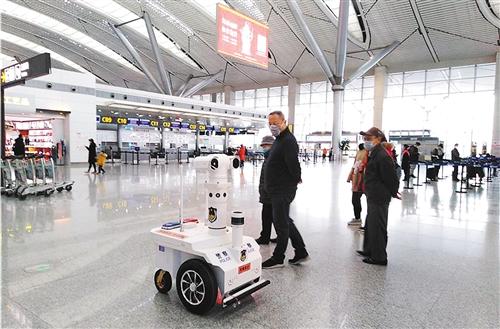 """近日,高新兴集团研发的巡逻机器人在贵阳龙洞堡机场""""执勤""""。李雯洁摄"""