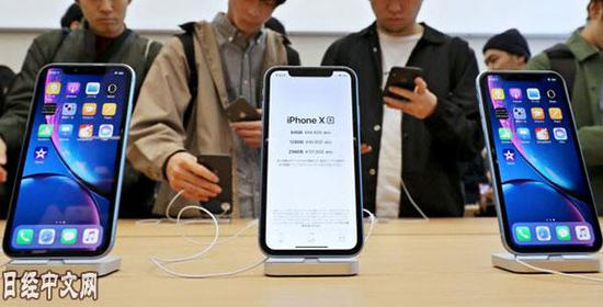 日本苹果专卖店内的iPhone XR