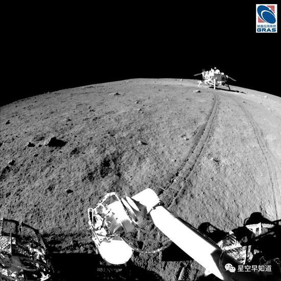 """玉兔号拍摄的,位于遥远""""月平线""""上的""""嫦娥三号""""着陆器 来源:中科院国家天文台"""