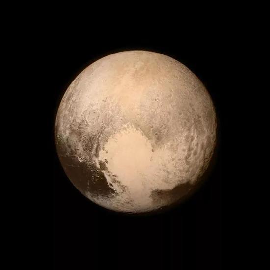 由新视野号拍摄、在太阳系迢遥角落里稳定比心的冥王星一度成为了网红。图片来源:Space.com