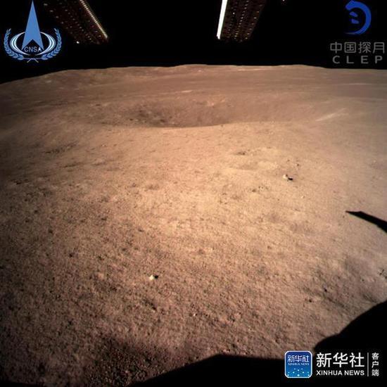 ↑此图片为嫦娥四号着陆器监视相机C拍摄的着陆点南侧月球背面图像,巡视器将朝此倾向驶向月球外貌。新华社发(国家航天局 供图)