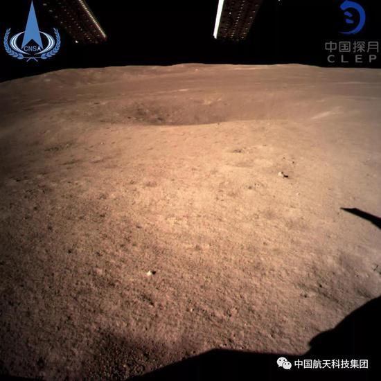 ▲ 此图片为嫦娥四号着陆器拍摄的着陆点南侧月球背面图像,巡视器将朝此倾向驶向月球外观。