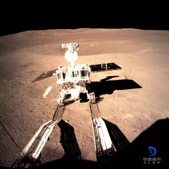 """嫦娥四号着陆器监视相机C拍摄的""""玉兔二号""""巡视器走上月面影像图"""