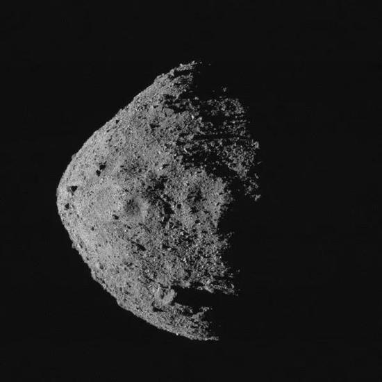 美国宇航局的OSIRIS-REx航天器将对菱形幼走星贝努进走采样。来源:NASA/Goddard/亚利桑那大学。