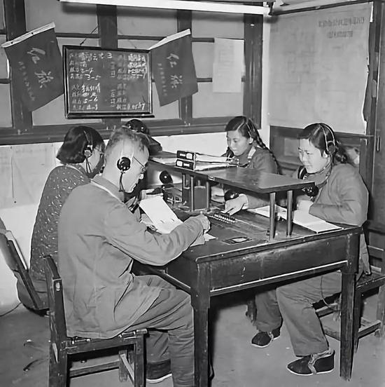1959年,市内电话局话务员在做事。/李士民摄