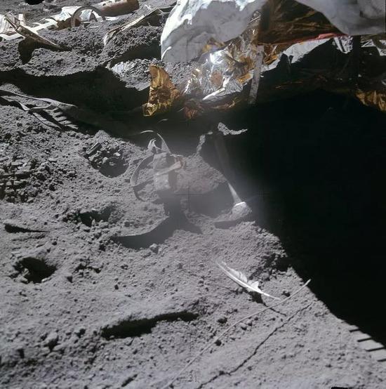 阿波羅15號宇航員大衛·斯科特(David Scott)在月球上進行了一項實驗。他讓一把地質錘和一根羽毛同時落下,結果錘子和羽毛同時落地