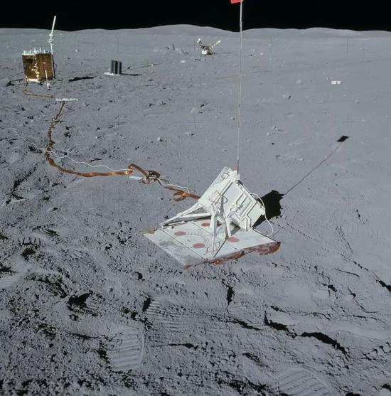 阿波羅16號任務期間,宇航員在月球上布設的爆炸發射裝置