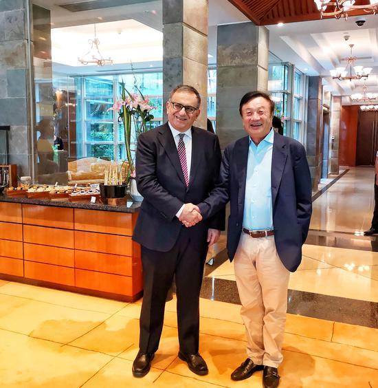 华为创始人任正非(右)在深圳总部与通信技术专家Erdal Arikan(左)见面