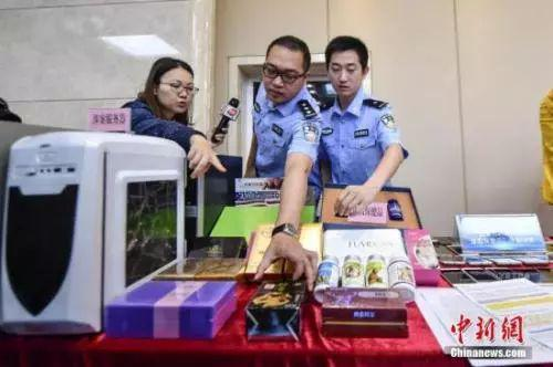 资料图:2017年5月11日,警方向媒体介绍涉案的虚假保健品。 中新社记者 陈骥�F 摄