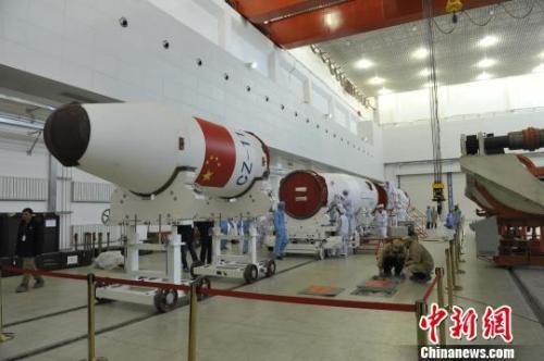 虹云工程首星发射之前,长征十一号运载火箭在厂房进行总装测试。 石立群 摄