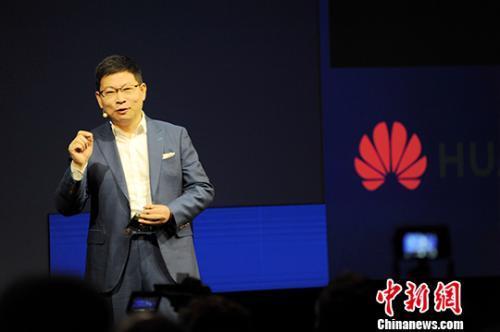 资料图:华为消费者业务CEO余承东在IFA展上发布麒麟990系列芯片。中新社记者 彭大伟 摄