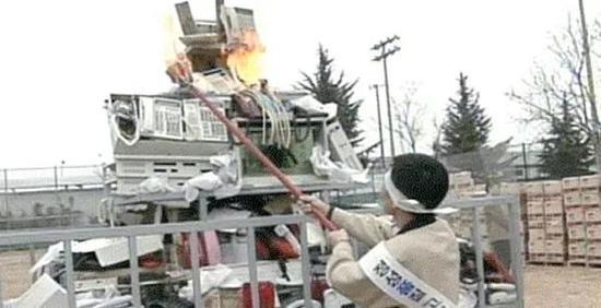 1995年,三星员工在焚毁Anycall、传真机等劣质产品。