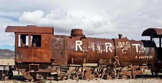 图注:大家看著名的爱因斯坦方程被印到火车上,说明它当时是多么的时尚多么的流行