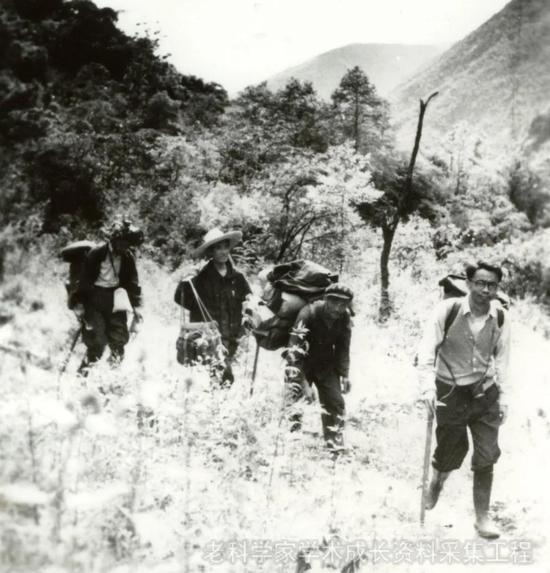 1981年,李吉均带领研究生在贡嘎山野外考察