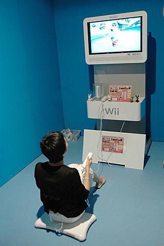资料图:在日本千叶县幕张国际会展中心举行的东京国际游戏展上,一名游戏爱好者在试玩游戏。(新华社)