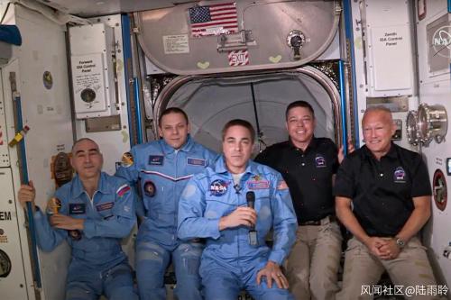 五名宇航员合影