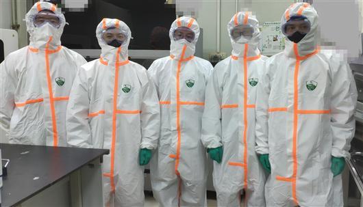 检验科新型冠状病毒检测团队部分成员。刘为勇供图
