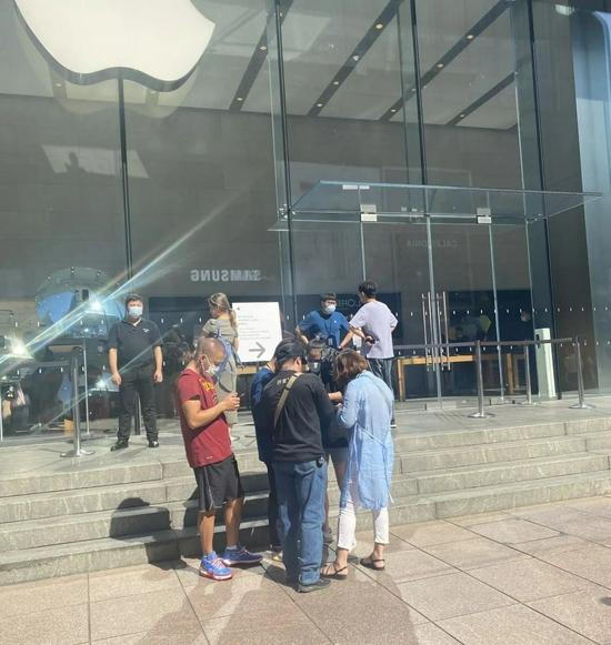 Apple Store门口黄牛正在问价