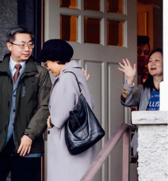 2018年12月12日,添拿大温哥华,孟晚舟 (右 )在住处门口送别访客。图/视觉中国