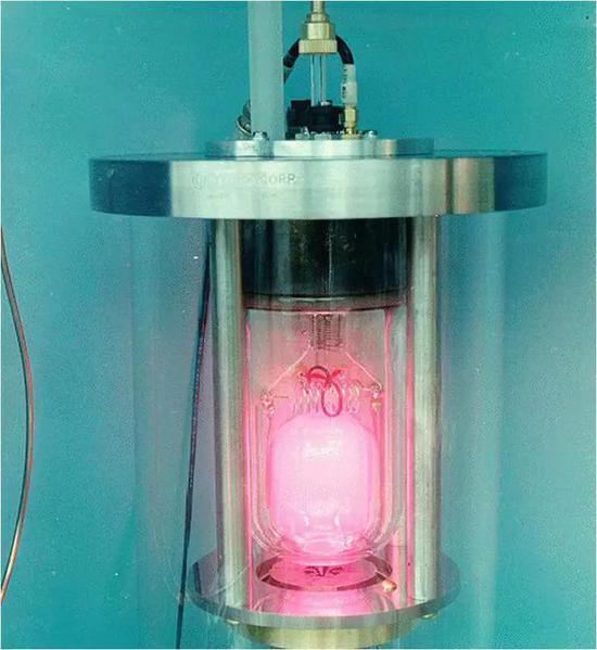 """把时间""""切成薄片"""":一台利用所谓的超精细跃迁定义时间的氢原子钟。(来源:Wikimedia Commons)"""