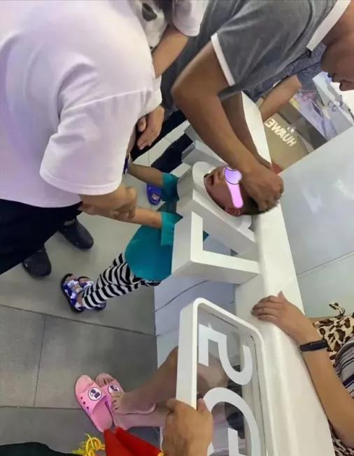 2020年8月,熊孩子卡在了华为体验店