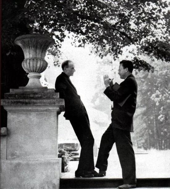 图7 狄拉克(左)与费曼(右)在交谈