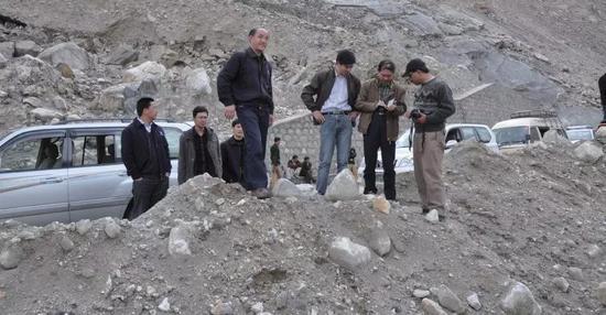 2010年3月31日,崔鹏率成都山地所专家组在巴基斯坦Atabad巨型滑坡堰塞湖开展应急救灾调查(图片来源:作者提供)